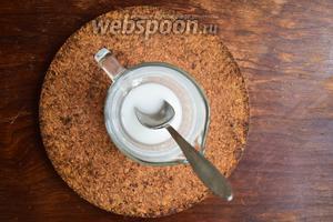 Ложку крахмала разведём в 2 чайных ложках воды, размешаем тщательно.