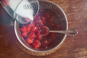 Ягоды и сахар положим в сотейник, добавим 2 ложки воды и доведём смесь до кипения. Тонкой струйкой выльем крахмал в горячие ягоды и на медленном огне доведём смесь до кипения. Отставим, чтобы немного остыло.