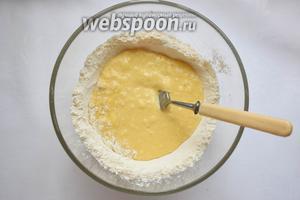 При помощи вилки, аккуратно и не спеша, начиная с боков, замешиваем тесто, каждый раз захватывая чуть муки.