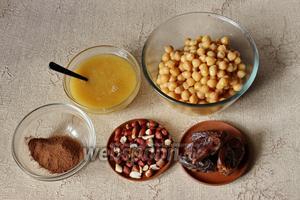 Для приготовления нам потребуется заранее отоваренный нут, финики, какао порошок, арахис, корица молотая, а также мёд по желанию.