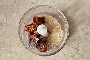 Измельчаем арахис в блендере, затем добавляем финики без косточек.