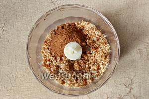 Затем добавим какао порошок и корицу. Корицу можно не добавлять или заменить её на другую пряность.