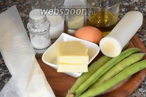 Для приготовления слоек нам понадобится слоёное тесто, бобы, сыр, яйцо, сливки, лук порей, оливковое масло, соль и молотый чёрный перец.