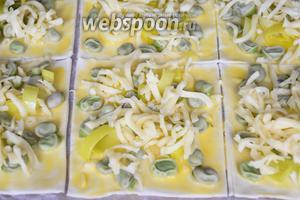 Посыпать тёртым сыром. Выложить на противень с пергаментом и выпекать в разогретой до 180°С духовке 25 минут.