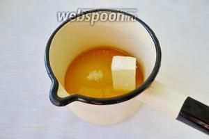 Сок апельсина, цедру, сливочное масло и сахар поместить в сотейник и отправить на слабый огонь. Помешивая варить 15-20 минут, карамель должна немного загустеть. За 2-3 минуты до готовности добавить ванильный сахар и имбирь, хорошенько перемешать, после чего немного проварить и отставить в сторону.