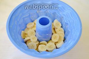 Бананы очистить от кожуры и порезать на пласты толщиной примерно 5 мм. Кусочки банана равномерно уложить сверху на карамель.  По желанию можно взять 3 банана, лишним не будет.
