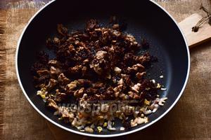 Обжарим на растительном масле лук с чесноком до золотистого цвета, добавим сморчки и пассеруем всё вместе около 5-7 минут.