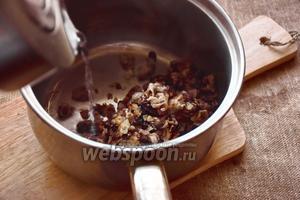 Переложим грибы с луком в кастрюлю, зальём 1 литром чистой воды и поставим на огонь.