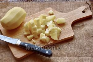 Пока сморчки доводятся до кипения, почистим картофель и нарежем произвольным кубиком.