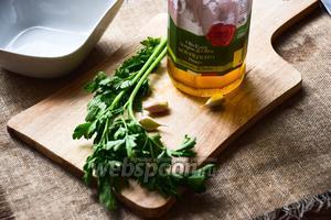 Пока наш суп варится, быстренько сделаем ароматную заправку, которая состоит всего лишь из петрушки, чеснока и оливкового масла.