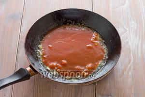 Затем добавляем томатную пасту и тушим около 5 минут.