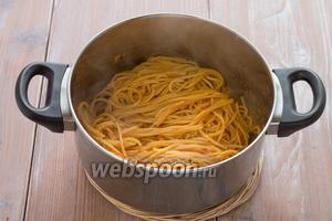Отваренные спагетти смешиваем с соусом.
