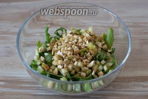 Заправьте салат подготовленным соусом.