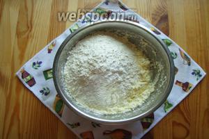 Далее сюда всыпаем соду и муку (300 грамм), замешиваем тесто. Если необходимо, то добавляем ещё немного муки.