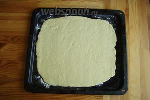 А далее раскатываем его в пласт толщиной 0,5 см, я сразу это делаю на противне. И отправляем нашу основу на 15 минут в духовку, при температуре 190°С.