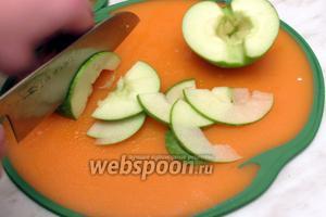 Яблоки разрезать на половинки, вынуть сердцевинку и тонко порезать.