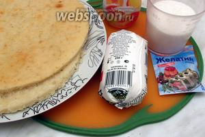 Для торта нам понадобится  диетический бисквит , разрезаный на 2 коржа, обезжиренный творог, йогурт (у меня персиковый), сахар, желатин.