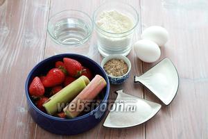 Для пирога нам понадобится мука (приблизительно 7-8 столовых ложек с горкой), сахар, яйца, вода, сода, соль, миндальная крошка, клубника, ревень.