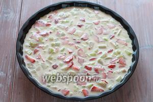 Выливаем в форму для выпечки, предварительно смазав её растительным маслом. Отправляем в духовку (180°С), приблизительно на 25 минут.