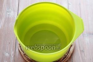 В отдельной чаше смешиваем воду, соду и сахар. Перемешиваем.