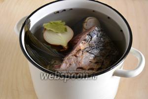 Залейте рыбу холодной водой, добавьте вымытую, но  неочищенную и разрезанную на половинки луковичку, перец горошком и лавровый лист. Доведите до кипения и варите около 15 минут. Когда голова начнёт легко разделяться на части — готово!