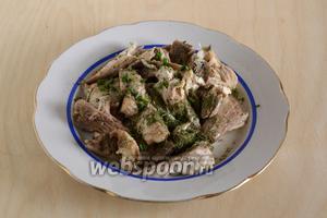 Бульон процедите, мясо отделите от костей, выложите на отдельную тарелку, посолите, поперчите и посыпьте укропом.