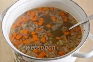 Уха готова! Подавайте блюдо горячим, вместе с отварной рыбой, которую можно оставить на отдельной тарелке или подать порционно вместе с ухой. Приятного аппетита!
