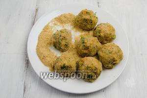 Подготовить панировочные сухари. Скатать овощную массу в шарики, обкатывая их в панировочных сухарях.