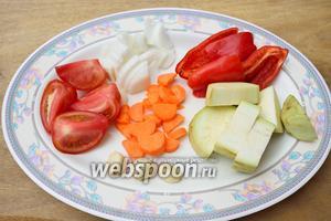 Помойте и очистите от кожуры все овощи, а также вытащите семена у перца. Я нарезала овощи крупно. Если вы порежете мелко, то на приготовление салата у вас уйдёт меньше времени, чем у меня. Смотрите сами.