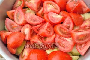 После — помидоры и налейте в кастрюлю стакан воды.