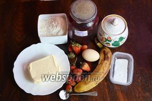 Для приготовления вкусного нежного пирога вам понадобится масло сливочное, соль, сода, сахар, мука, банан, клубника, смородиновое варенье, яйца куриные.