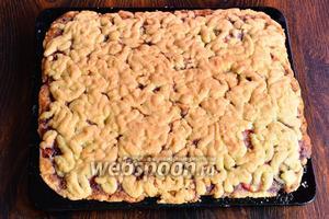 Запекаем пирог при 180°С в течение 25-30 минут, до образования румяной корочки. После пирог готов и его можно подавать на стол к чаю. Приятного чаепития!