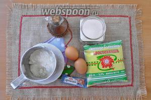 Приготовим простоквашу, муку, яйца, дрожжи, соль и сахар, масло растительное и дрожжи те, что кладут сразу в муку.