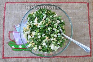 Лук вымоем, подсушим салфетками и нарежем. Добавим к яйцам, перемешаем и добавим соль по вкусу.