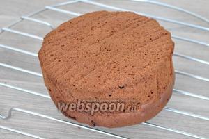 Готовую выпечку из формы тоже вынуть и остудить на решётке. Это будет основание торта, на котором будет Сидеть кукла.