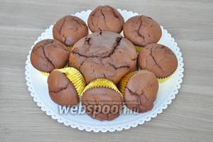 На блюде для торта выставим основание торта. В центре поместим круглый бисквит из формы. Вокруг — капкейки. Во фронтальной части торта 3 кекса поставим на бок.