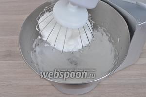 Белки взбить с солью до устойчивых пиков.