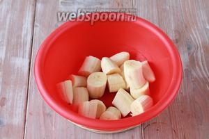 Бананы чистим и нарезаем на небольшие кусочки, выкладываем в чашу.