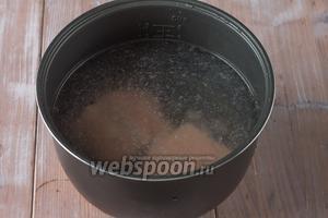 Заливаем в чашу мультиварки 1 литр 100 мл воды. Кладём туда филе сёмги и ставим вариться в режиме «Суп». Выставляем общее время на 1 час.