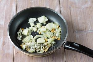 Пока сёмга варится, на сковороде обжариваем в оливковом масле лук и чеснок. Обжариваем несколько минут.