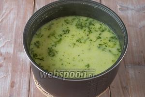 Проверяем картофель и рис на готовность, а также проверяем суп на соль. Если всё готово, мультиварку выключаем, суп разливаем по тарелкам, посыпаем зеленью и подаём к столу! Приятного аппетита!