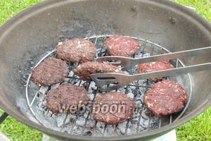 Гриллируем бургеры на самом горячем жаре с каждой стороны по 4-5 минут на решётке.