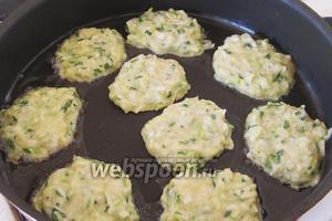 Нальём на подогретую сковороду 2 ложки масла и выложим получившуюся смесь из кабачков на сковороду. Поджарим оладушки с двух сторон.