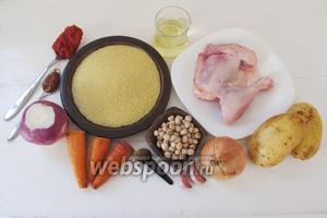 Подготовим ингредиенты для кус-куса. Почистим лук, чеснок, картофель и морковь. Редьку можно просто обрезать и оставить с кожицей. Нут следует замочить предварительно на ночь. Куриные окорочка разрежем на порционные куски.