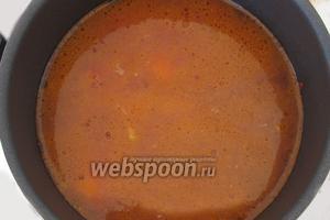 Добавим горячую воду. Воды нужно налить побольше, так как она будет испаряться в процессе приготовления блюда.