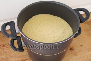 Выкладываем кус-кус на верхний ярус кастрюли и ставим на огонь. Оставляем блюдо готовиться на медленном огне примерно на 1,5 часа. Овощи должны стать мягкими, но не развариться.
