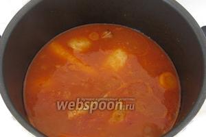 Блюдо готово, когда овощи стали мягкими, но не разварились, а соус немного загустел. Незадолго до готовности, добавляем соль по вкусу и острую пасту Харриса.