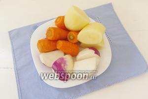 Очищенные овощи: картофель, морковь и редьку — разрежем на крупные куски. Если морковь мелкая, как на фотографии, то резать её не нужно.