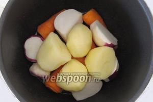 Теперь поместим в кастрюлю овощи: морковь, редьку, картофель. Обжарим на сильном огне в течение примерно 7 минут, периодически перемешивая.