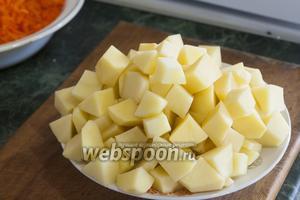Нарезаем картофель довольно крупно. Добавляем её и острый перчик чили в мясной бульон.